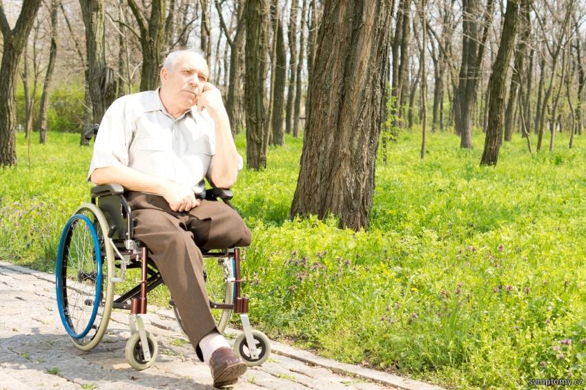 Muž s amputovanou nohou na vozíku