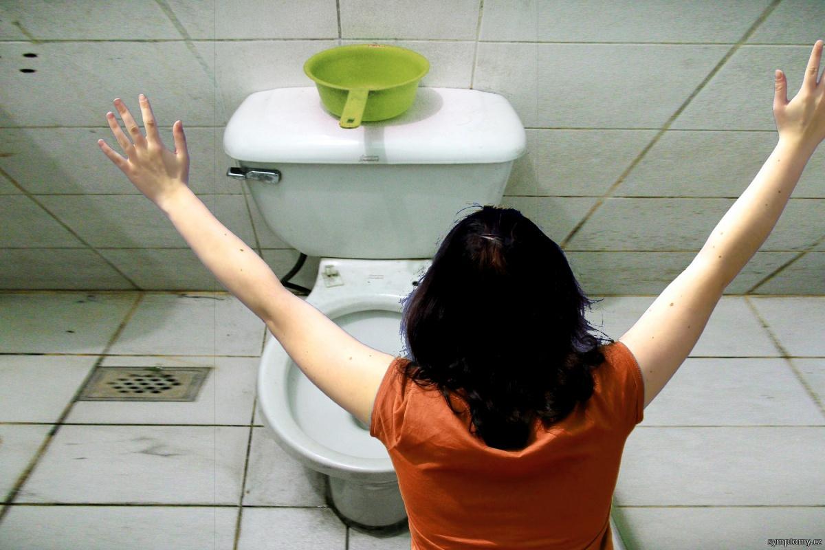 žena zvrací na toaletě